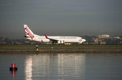 Lignes aériennes de Vierge Airbus A300-800 à l'aéroport de Kingsford-Smith, Sydney Images libres de droits