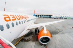 Lignes aériennes du superjet 100 ssj-100 Azimut de Sukhoi, aéroport Pulkovo, Russie St Petersburg 10 octobre 2017 Images libres de droits