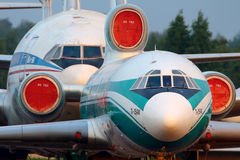 Lignes aériennes Ilyushin IL-96-300 du Tupolev Tu-154M et du Domodedovo d'Alrosa se tenant à l'aéroport international de Domodedo Image stock