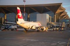Lignes aériennes internationales suisses d'Airbus A320 HB-IJE au nouveau terminal de l'aéroport de Pulkovo Photo libre de droits