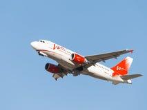 Lignes aériennes rouges et blanches d'énergie d'Airbus A319 Images libres de droits