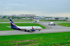 Lignes aériennes russes d'Aeroflot, British Airways, essais en vol et avions de lignes aériennes de systèmes dans l'aéroport inte Images stock