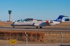 Lignes aériennes scandinaves Canadair CRJ-900LR d'EI-FPW SAS Photographie stock libre de droits