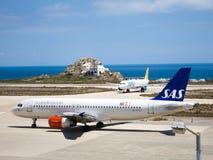 Lignes aériennes scandinaves de SAS chez Santorini 3 Photographie stock libre de droits