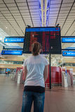 Lignes aériennes terminales d'infos de vol de fille d'aéroport Images libres de droits