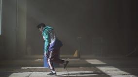 Lignes au n?on rougeoyantes illumination color?e moderne Danseur masculin de jeune hip-hop asiatique dans la danse d'usage de spo illustration stock
