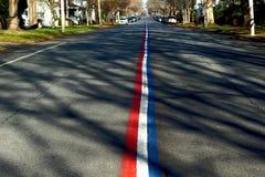 Lignes blanches et bleues rouges de rue Photo stock