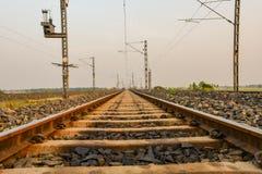 Lignes convergentes de train dans l'horizon photographie stock libre de droits