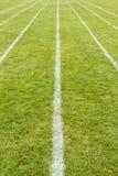 Lignes courantes de voie marquées sur l'herbe Photographie stock libre de droits