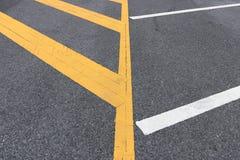 Lignes détail jaunes du stationnement sur l'asphalte photos stock