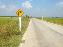 Lignes d'accès de route, tapant le côté d'un champ avec les signes jaunes Photos stock