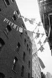 Lignes de blanchisserie de locataire entre les immeubles Photographie stock libre de droits