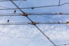 Lignes de câble de l'électricité de trolleybus de chariot images libres de droits
