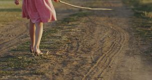 Lignes de dessin de fille par le bâton en poussière banque de vidéos