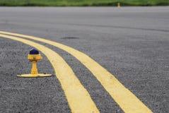 Lignes de divergence de route photo stock