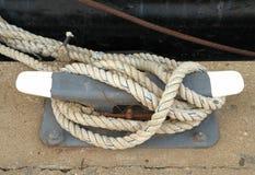 Lignes de dock enroulées autour d'un crampon Images stock