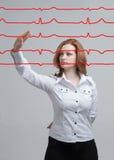 Lignes de femme et de cardiogramme de docteur Photos stock