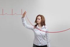 Lignes de femme et de cardiogramme de docteur Photo stock