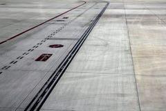 Lignes de feux de signalisation d'avions de route de piste Images libres de droits