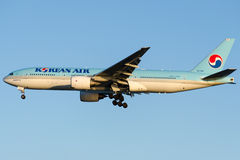 Lignes de HL7765 Korean Air, Boeing 777-2B5 (ER) Photographie stock libre de droits