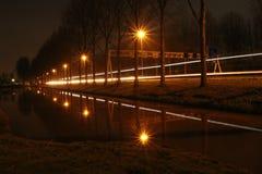 Lignes de lumière le long de la route A20 pendant la nuit Image libre de droits