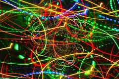 Lignes de lumières rougeoyantes au néon de mouvement Photos libres de droits