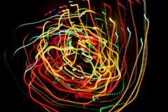 Lignes de lumières rougeoyantes de mouvement Photographie stock libre de droits