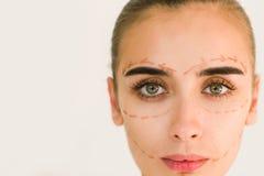 Lignes de rectification sur le visage de femme Fermez-vous vers le haut de la verticale image stock
