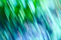 Lignes de tache floue d'herbe avec des verts et des bleus Image stock