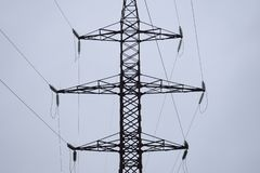 Lignes de transmission à haute tension d'air d'énergie électrique Les lignes aériennes étendent l'électricité au-dessus de la ter photo stock