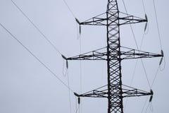 Lignes de transmission à haute tension d'air d'énergie électrique Les lignes aériennes étendent l'électricité au-dessus de la ter image libre de droits