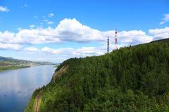 Lignes de transport d'énergie à travers le Yenisei Photographie stock