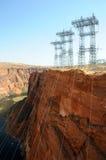 Lignes de transport d'énergie au barrage de gorge de gorge photos libres de droits