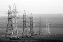 Lignes de transport d'énergie, qui sont dans le domaine Image stock
