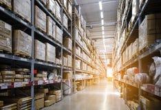 Lignes des étagères avec des cadres dans l'entrepôt moderne image libre de droits