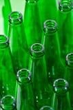 Lignes des bouteilles à bière vertes Image stock