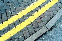 Lignes du trafic de stationnement interdit peintes double par jaune Photo stock
