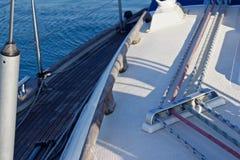 Lignes et arc d'un voilier photographie stock libre de droits