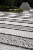 Lignes et cône ratissés de sable Images stock