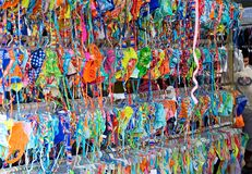 Lignes et lignes des bikinis colorés à vendre sur un marché Images stock