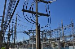 Lignes et poteau chaotiques de câble dans une centrale électrique Photographie stock