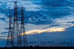 Lignes et pylônes de transport d'énergie à haute tension images libres de droits