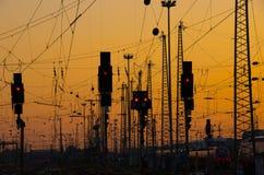 Lignes ferroviaires au coucher du soleil Images stock