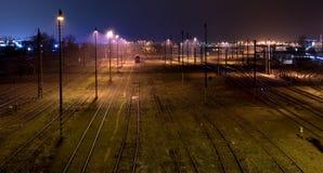 Lignes ferroviaires la nuit. Image libre de droits