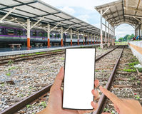 Lignes ferroviaires voyage par une gare ferroviaire Image stock