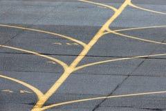 Lignes jaunes de piste de roulement d'aéroport Image stock