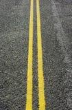 Lignes jaunes sur la route Image stock