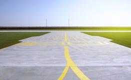 Lignes jaunes sur une piste de petit aéroport Images stock