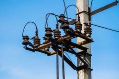 Lignes ?lectriques ? haute tension de poteau et de transmission avec le ciel bleu clair Pyl?nes de l'?lectricit? dans le domaine  photo stock