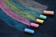 Lignes multicolores de dessin avec les craies colorées sur le tableau noir Photographie stock